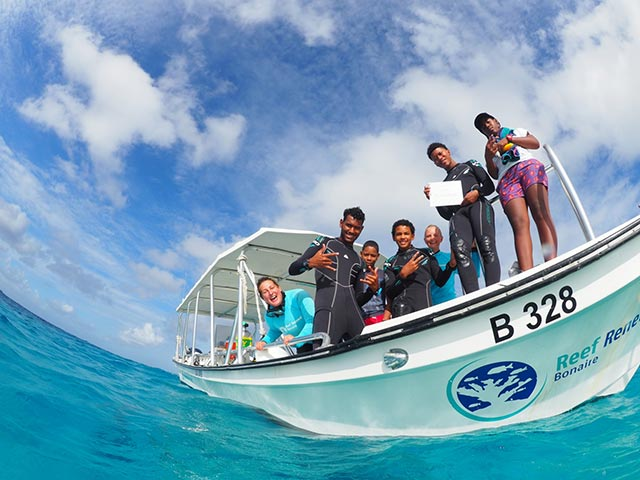 Jong Bonaire students and RRFB team before the dive
